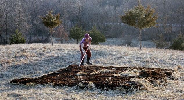 building-soil-with-lasagna-gardening-gardening